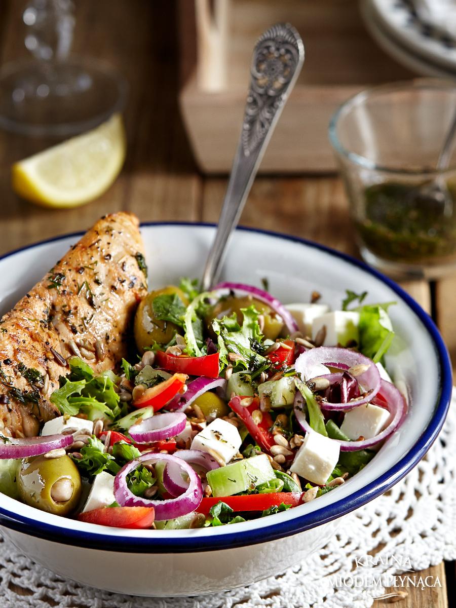 sałatka grecka, sałatka a la grecka, sałatka z mięsem i warzywami, sałatka z kurczakiem i warzywami, sałatka z fetą i oliwkami, lekka sałatka, kraina miodem płynąca