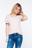 Tricou rosa casual cu croi larg din bumbac elastic accesorizat cu maiou •