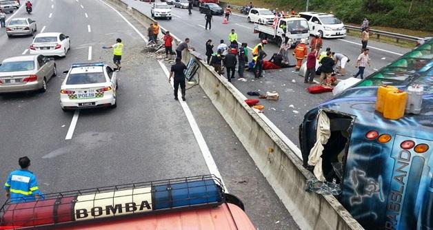 10 FOTO TERKINI TRAGEDI Ngeri Baru Berlaku Petang Tadi Di HIGHWAY KL KARAK Bas Terbalik Langgar Pembahagi Jalan