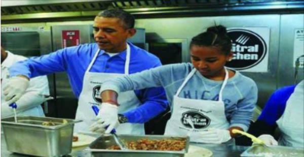 बेटी के साथ रेस्टोरेंट में खाना बना रहे हैं ओबामा, तस्वीरें हुई वायरल देखें...