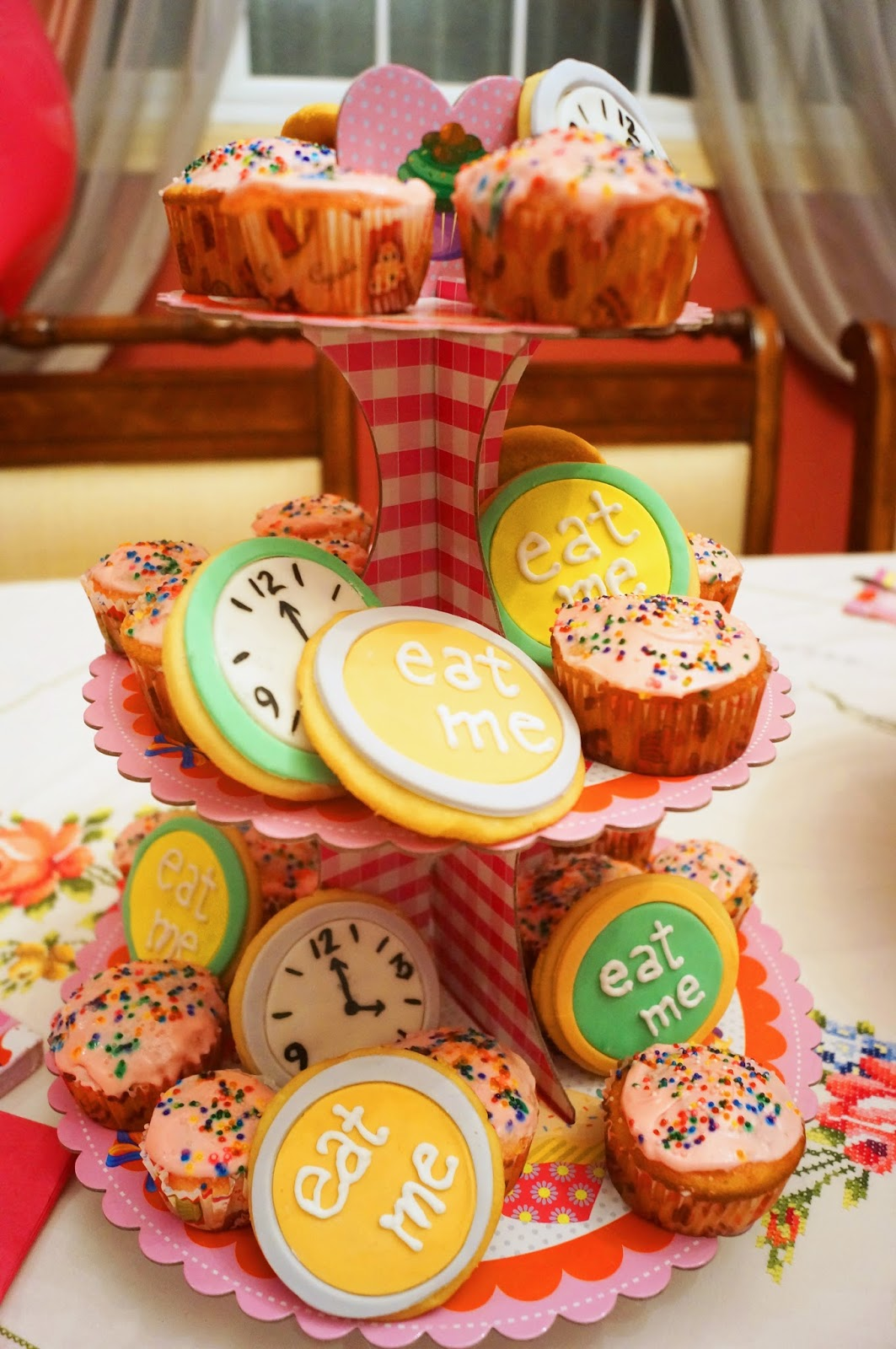 Cute desserts for an Alice in Wonderland Party