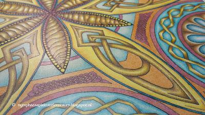 Deze mandala laat een bloemachtige vorm zien met Keltische knopen