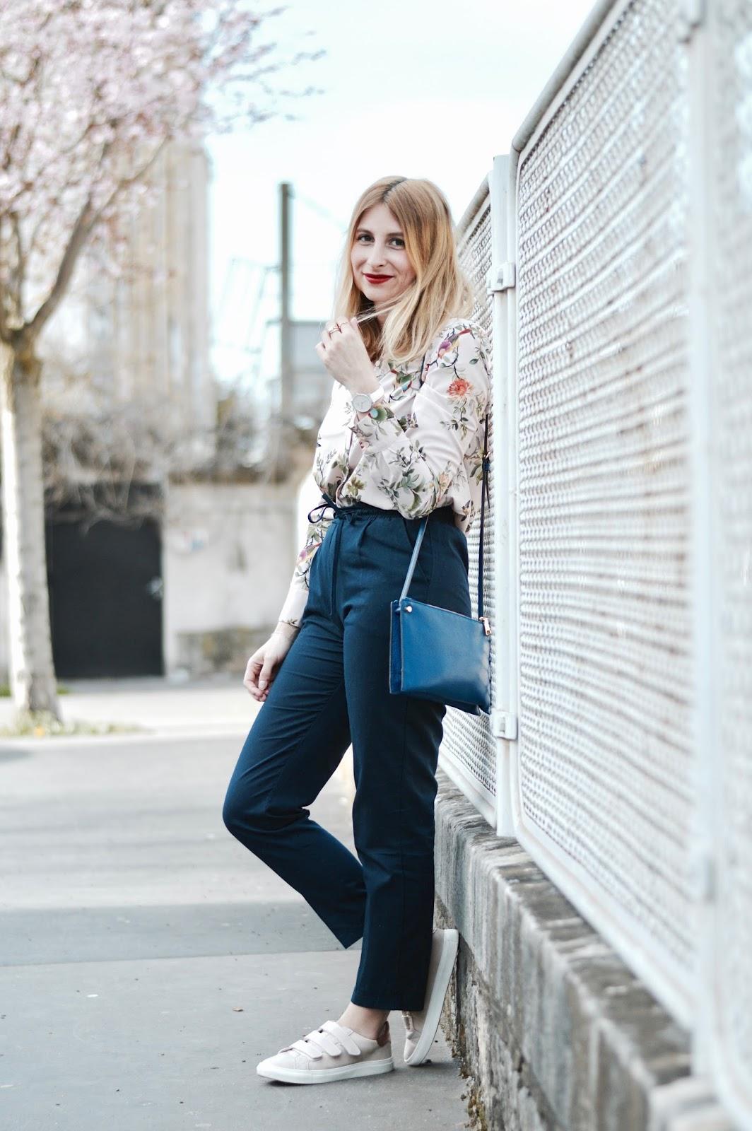 look femme printemps : veste rose et chemisier fleuri