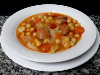 Plato de garbanzos con chorizo y verduras.