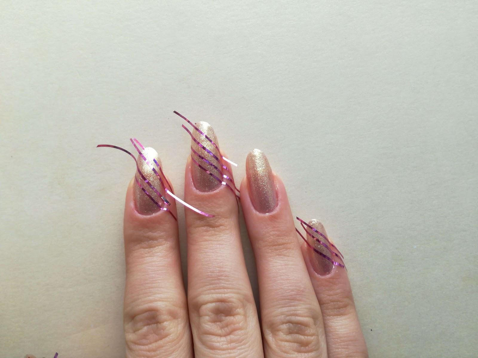 naklejone paseczki na paznokciach