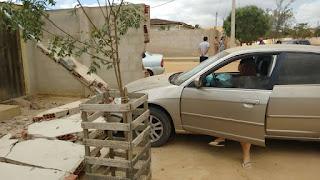 Carros colidem e derruba muro de casa em Cuité