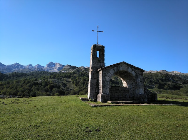 Ermita de Enol y Peña Santa al fondo
