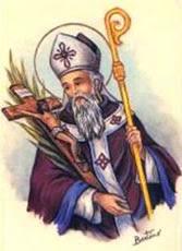 san Cipriano con los atributos de obispo y crucifijo y palma de martirio en el brazo derecho