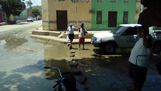 Vertimiento constante de agua causa molestias en la calle 7 con carrera 5