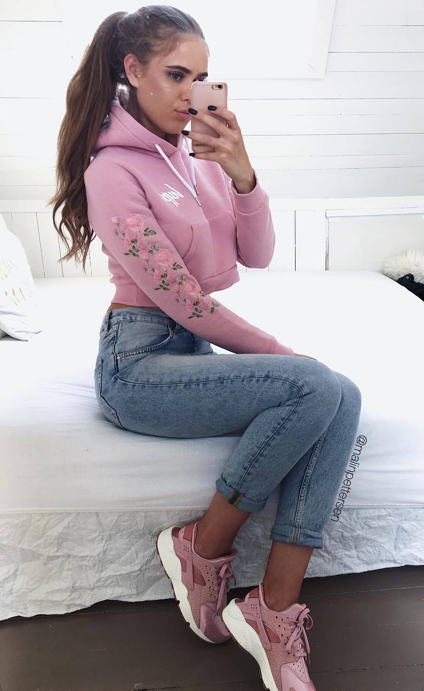 comfy outfit to wear right now / embroidered sweatshirt + skinny jeans + pink sneakers