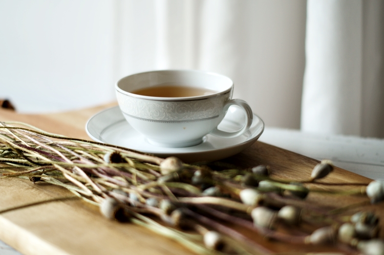 Blog & Fotografie by it's me! - Teetasse und trockener Mohn auf einem Holzbrett