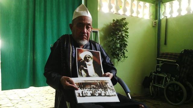 KH Zubair Muntashor memperlihatkan foto KH Muhammad Kholil bin Abdul Latif alias Syaikhona Kholil Bangkalan yang ditemukan di musium Den Haag Belanda.