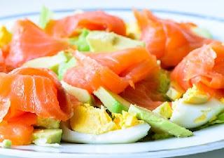рецепт салата из авокадо с лососем и яйцами на завтрак