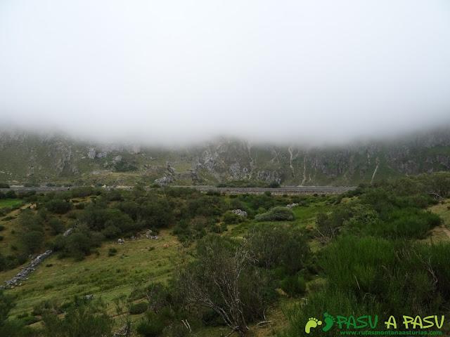 Ruta a Peña Chana: Llegando al Lago del Valle.