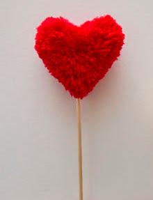 http://www.guiademanualidades.com/pompones-corazon-para-decorar-pasteles-y-cupcakes-33647.htm