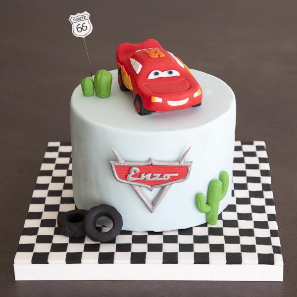 gâteau au chocolat sur le thème de Cars avec Flash Mc Queen en pâte à sucre