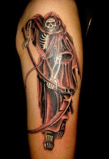 O Grim Reaper tatuagem em vermelho. O reaper tem sua red foice em frente como se pronto para reduzir alguém a alma para a direita fora do corpo. A capa também revela parte do ceifador do corpo que é magra e esquelética do peito.
