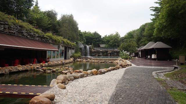Kolam renang berkosnepkan sungai