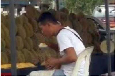 Video: Polis Cari Dua Individu Susulan 'Ludah' Durian Di Gombak