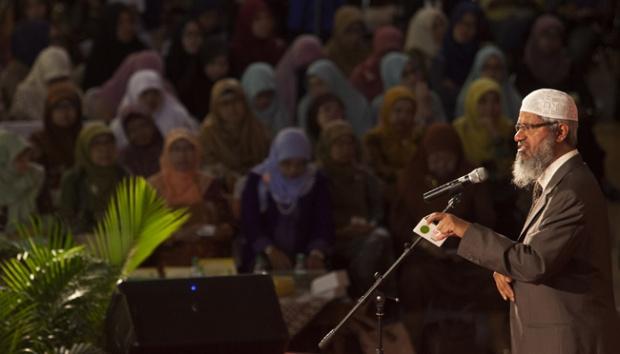 MasyaAllah, Peserta Non Muslim Ini Jauh-jauh Datang Dari Singapura Untuk Bertemu Zakir Naik