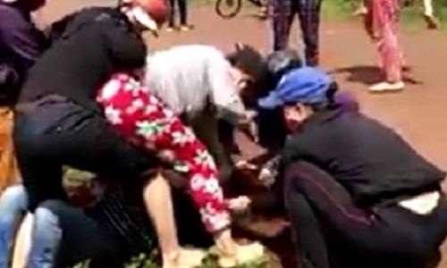 Gia Lai: Vợ phó công an xã đánh ghen kinh hoàng ngoài đường