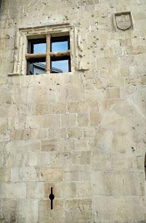 Detalle de ventana medieval en Oviedo