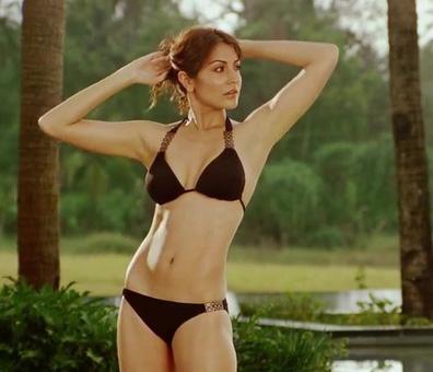 Anushka Sharma in bikini, Anushka Sharma in black bikini, Anushka Sharma bikini scene in Ladies Vs Ricky Behl