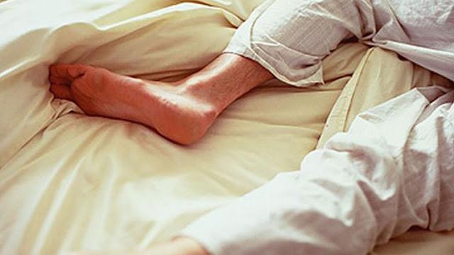 كثرة التقلب و الحركة الدائمة في السرير أثناء النوم