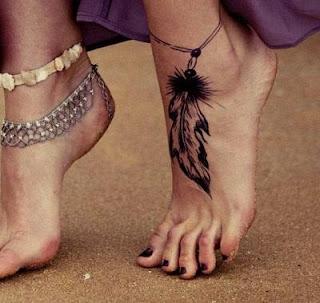 tatuaje pluma indigena tobillera 1