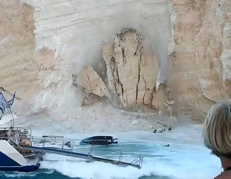 Κατάρρευση Βράχου στην Παραλία Ναυάγιο στη Ζάκυνθο - 1