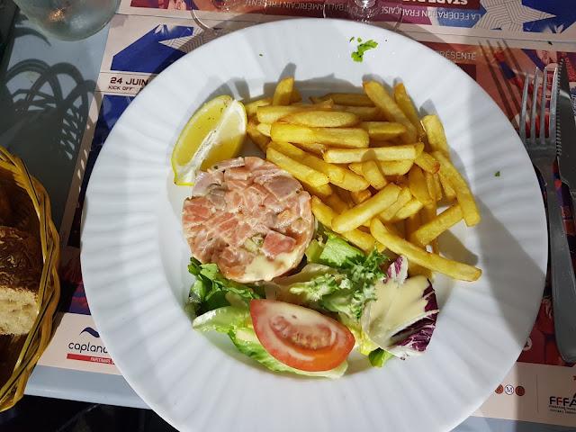 La Fregate Marseille frites et saumon au restaurant