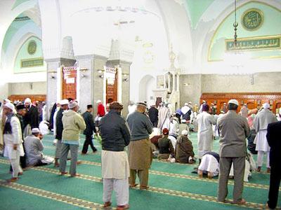 Shaf Shalat Berjarak Antisipasi Wabah, Bagaimana Hukumnya?