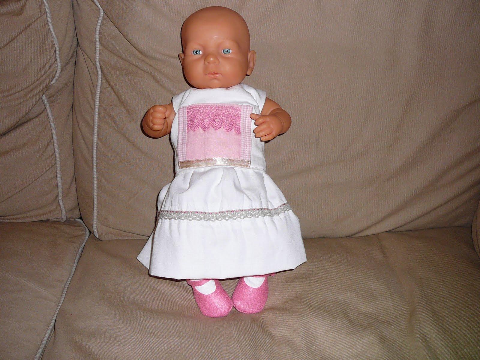 7131a5bc94 A fiam óvodai csoportjában az egyik babának nem volt ruhája, illetve csak  egy kabátka árválkodott rajta. Nekiálltam hát életem első babaruha  készítésének.