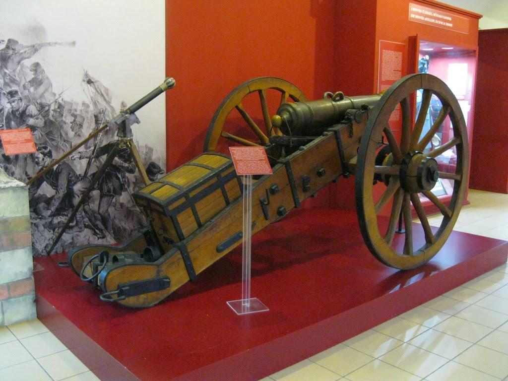 Lisää 1800-luvun sotilasmuotia  tsako (jääkäreiden päähine 1915-17 oli tätä  samaa kansainvälistä mallia). 382efb280d