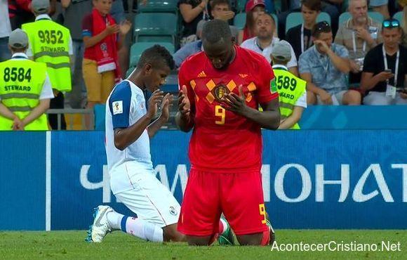 Jugadores orando tras partido