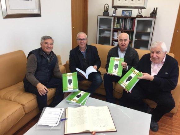 Entregada la primera remesa de firmas para pedir la Medalla de Andalucía para Antonio Martín