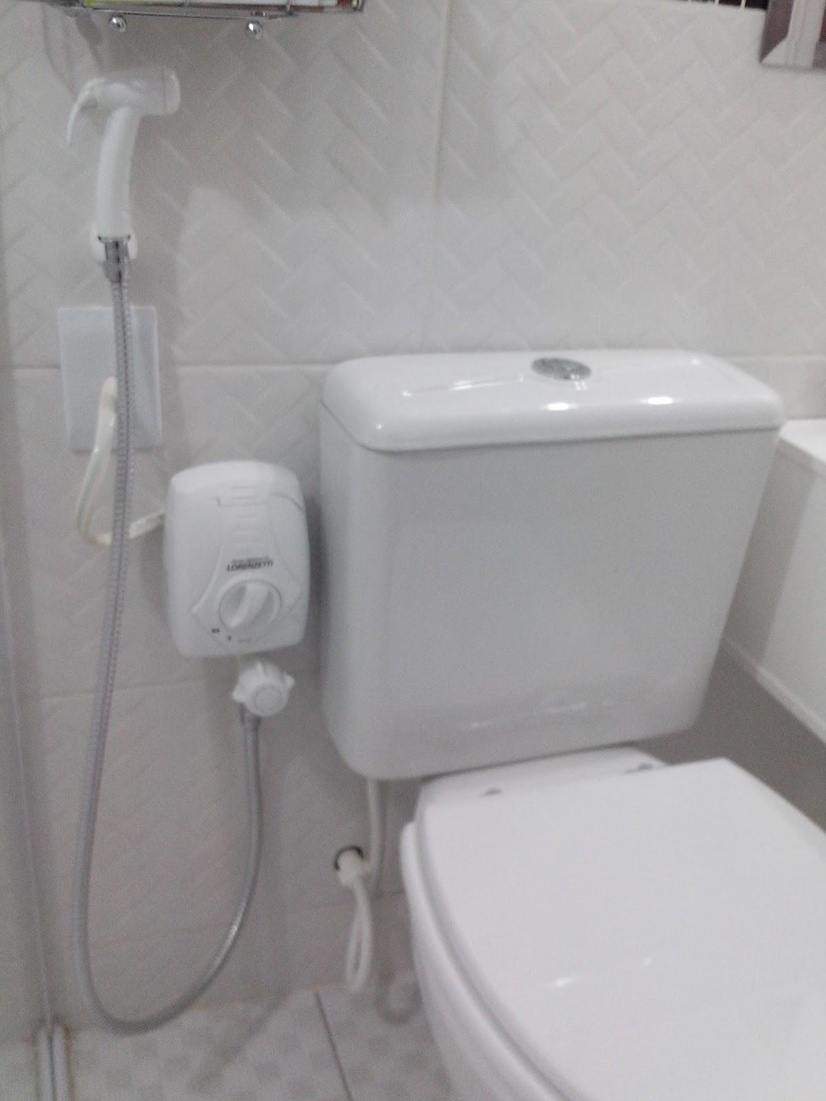 banheiro falta o acabamento em torno do nicho e o porcelanato na base #594E4E 1200 1600