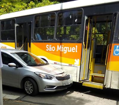 Batida envolvendo carro e ônibus da empresa São Miguel, em Resende (RJ)