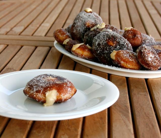 Doughnuts farcits de crema de vainilla per esmorzar