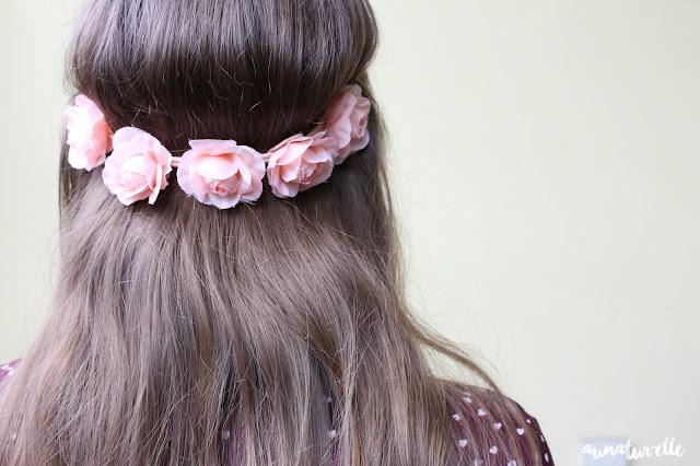 coiffure avec un headband fleurie