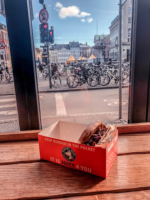 Cheap lunch time burger - Copenhagen on a budget