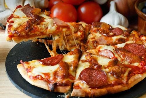 Πίτσα με σαλάμι Λευκάδας και τυριά - by https://syntages-faghtwn.blogspot.gr