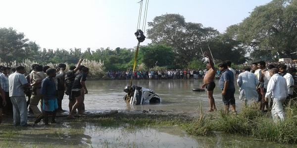 rahsmay-dhang-se-shaarda-nahar-me-samaee-car