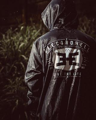 sejarah perkembangan trend toko distro clothing line lokal indonesia merek merk brand terkenal populer favorit profil perusahaan bisnis review desain distributor pabrik kaos hoodie sweater jumper jaket denim