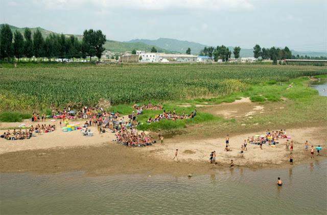Nhiều khung cảnh rất bình yên và thơ mộng, như bức ảnh những đứa trẻ Triều Tiên tắm sông vào một buổi chiều hè như thế này.