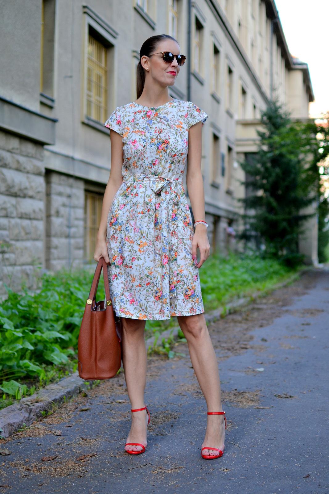 http://www.mademoiselleiva.com/2016/08/white-floral-dress.html