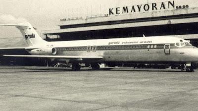 """Sejarah Garuda Indonesia    Pada tanggal 25 Desember 1949, wakil dari KLM yang juga teman Presiden Soekarno, Dr. Konijnenburg, menghadap dan melapor kepada Presiden di Yogyakarta bahwa KLM Interinsulair Bedrijf akan diserahkan kepada pemerintah sesuai dengan hasil Konferensi Meja Bundar (KMB) dan meminta kepada beliau memberi nama bagi perusahaan tersebut karena pesawat yang akan membawanya dari Yogyakarta ke Jakarta nanti akan dicat sesuai nama itu. Menanggapi hal tersebut, Presiden Soekarno menjawab dengan mengutip satu baris dari sebuah sajak bahasa Belanda gubahan pujangga terkenal, Raden Mas Noto Soeroto di zaman kolonial, Ik ben Garuda, Vishnoe's vogel, die zijn vleugels uitslaat hoog boven uw eilanden (""""Aku adalah Garuda, burung milik Wisnu yang membentangkan sayapnya menjulang tinggi diatas kepulauanmu"""") Maka pada tanggal 28 Desember 1949, terjadi penerbangan yang bersejarah yaitu pesawat DC-3 dengan registrasi PK-DPD milik KLM Interinsulair terbang membawa Presiden Soekarno dari Yogyakarta ke Kemayoran - Jakarta untuk pelantikannya sebagai Presiden Republik Indonesia Serikat (RIS) dengan logo baru, Garuda Indonesian Airways, nama yang diberikan Presiden Soekarno kepada perusahaan penerbangan pertama ini.              Garuda Indonesia merupakan salah satu maskapai pesawat nomor satu di Indonesia. Garuda Indonesia juga maskapai tertua di Indonesia. Garuda Indonesia adalah maskapai yang"""