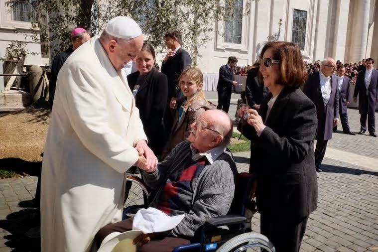 Família visitando o Papa