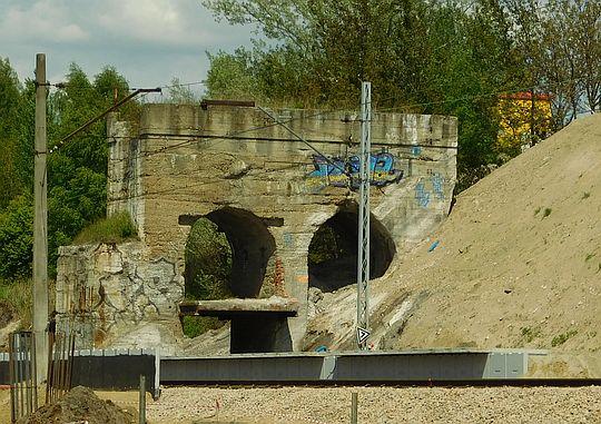 """Pozostałość po wiadukcie kolejki, przez który wywożono osadniki z zakładów""""Solvay""""."""