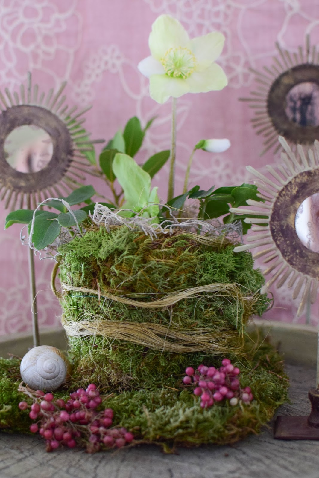 DIY Deko mit Christrose und Moos für Frühling Frühjahr Pastelldeko Dekoration für Sideboard in pastell. Natürlich dekorieren